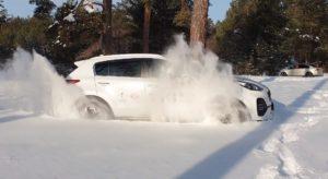 Киа Спортейдж 2019 белая едет по снегу