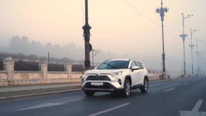 Тойота РАВ 4 2019 белая едет