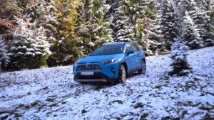 Тойота РАВ 4 2019 синяя на снегу