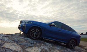 БМВ Х6 2020 синий поднимается на гору