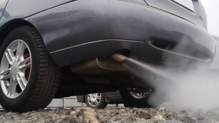 Белый дым из выхлопной трубы бензинового двигателя