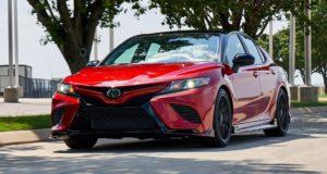 Тойота Камри 2020 красная